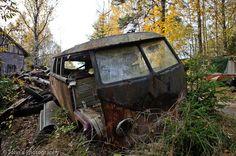 needs sum good lovin'. Abandoned Cars, Abandoned Places, Abandoned Vehicles, Volkswagen Bus, Vw T1, Vw Caravan, T2 Bus, Rust In Peace, Combi Vw