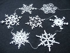 Snowflake Garland - Pattern from 60 Crocheted Snowflakes by Barbara Christopher Homemade Christmas Decorations, Holiday Ornaments, Holiday Crafts, Christmas Ideas, Christmas Time, Merry Christmas, Crochet Home, Love Crochet, Crochet Flowers