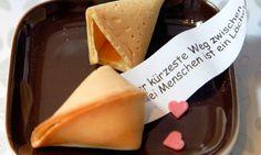 Glückskekse kennen wir aus dem chinesischen Restaurant unseres Vertrauens und an Silvester auch zum Jahreswechsel. Backen Sie Glückskekse dieses Mal einfach selbst und lassen Sie in Sachen Sprüche Ihrer kreativen Seite freien Lauf.