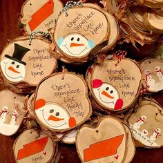paint wood slices for sweet ornaments homemadechristmas Christmas Ornament Crafts, Noel Christmas, Christmas Crafts For Kids, Diy Christmas Gifts, Handmade Christmas, Holiday Crafts, Beach Christmas, Painted Ornaments, Wood Slices