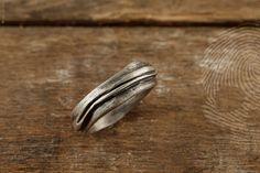 anel masculino Melted by QUO. Feito à mão em prata 925. Design orgânico, irregular e moderno. #natural #mineral #rock