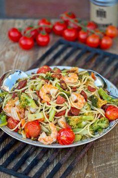 Sommerlich, frisch, knackig, lecker sind diese Surf and Turf Pasta mit Garnelen und Chorizo. In unter 30 Minuten auf dem Tisch, gesund und voller Protein.