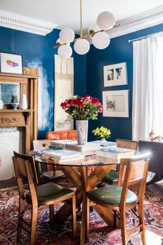 Black Dining Room Decor ideas - How do I update my traditional dining room? Black Dining Room Decor ideas - Can you put family pictures in the dining room? Dining Room Wall Decor, Dining Room Design, Dining Room Furniture, Room Decor, Patio Design, Chair Design, Design Design, Modern Furniture, Kitchen Design