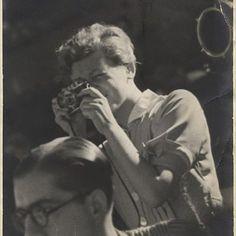 Gerda Taro (Stuttgart- Alemania, 1910- El Escorial- España, 1937). Valiente y magnífica foto-reportera de guerra. Compañera profesional y pareja del fotógrafo Robert Capa. Está considerada la primera mujer en fotografiar las contiendas desde la primera línea de batalla. Murió realizando su trabajo
