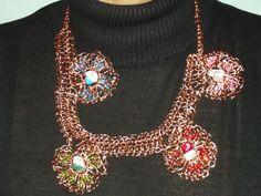 Colar em crochê de fio de metal, cobre esmaltado em dourado, bordado com pedras naturais( turquesa,howlita branca,ágata verde, quartzo rosa)