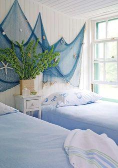 blaues Fischernetz gegen die weiß gestrichene Wand