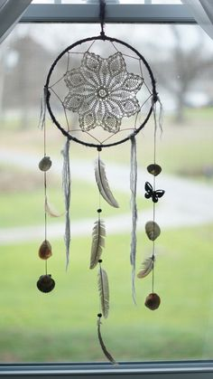 Large Gray Feathers & Crochet Dream Catcher van summerof79 op Etsy, $25,00