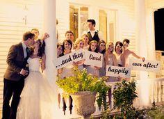 Tolle Idee für das Hochzeitsfoto / wedding pictures poses ideas | wedding-photo-idea-signs | Weddingbells.ca