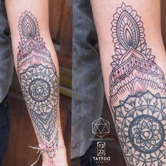 Mehndi Henna Style Tattoo Henna Mandala, Mandala Tattoo, Tattoo Studio, Henna Style Tattoos, 22 Tattoo, Stippling, Queens, Lace Sleeves, Blackwork