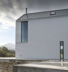 Rural house comprising two wings, each with gabled profiles.