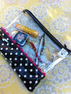 See-through zip bag with vinyl fabric by quiltmamas. Diy Pouch No Zipper, Zipper Bags, Fabric Purses, Diy Purse, Vinyl Fabric, Clear Bags, Craft Bags, Bag Patterns To Sew, Sewing Accessories