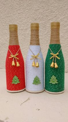 Sie können viel mehr erreichen, als Sie suchen. Recicla botellas de cristal, ya sea de vino o cerveza para crear unos hermosos adornos navideños usando un poco de lana, estambre o hilo rús. Glass Bottle Crafts, Wine Bottle Art, Diy Bottle, Bottle Vase, Decor Crafts, Holiday Crafts, Diy Crafts, Christmas Projects, Garrafa Diy