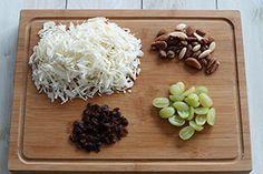 Recept Foodsisters: Witte koolsalade met rozijnen, noten en druiven.  Salade: 150 g. Witte kool, fijngesneden 10 witte, pitloze druiven, gehalveerd 3 eetlepels gemengde ongezouten noten 2 eetlepels rozijnen  Dressing: 2 eetlepels kwark 1 eetlepel mayonaise 1 eetlepel limoensap ½ eetlepel honing 1 eetlepel balsamicoazijn 1 eetlepel olijfolie peper en zout naar smaak  Bereiding:Meng alle ingrediënten voor de dressing door elkaar en voeg deze samen met de kool, druiven, noten en rozijnen