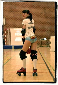 Roller Derby Full Contact Roller Skating Where 10 Girls Fly Around A Rink At Breakneck Speeds! Roller Derby Girls, Roller Derby Clothes, Quad Skates, Skate Girl, Beautiful Athletes, Roller Skating, Athletic Women, These Girls, Sport Girl