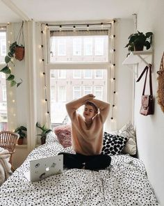 A Small Studio Flat? Here's How To Decorate It This small studio flat is so cosy and simple.This small studio flat is so cosy and simple. Deco Studio, Studio Room, Studio Design, Uni Room, Cozy Dorm Room, Cute Dorm Rooms, Aesthetic Rooms, Cosy Aesthetic, Dream Rooms
