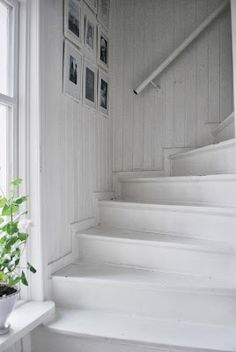 Julias Vita Drömmar Red Geraniums, Shabby Home, Swedish House, White Cottage, Little White, White Decor, Small Spaces, Sweet Home, Stairs