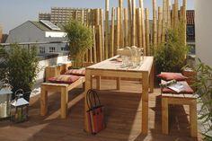 """Beim Thema Sichtschutz sind der Kreativität keine Grenzen gesetzt. Hier wurden Bambusstäbe in Holzgefäße gestellt und mit Kieselsteinen beschwert. Bambusrohr """"Kyoto"""", lackiert, Ø 12/13 cm, Länge 350 cm, 68,90 Euro. (Videx)"""