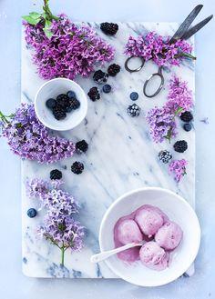 Blackberry ice cream - Call Me Cupcake - Ice cream & frozen treats Frozen Desserts, Frozen Treats, Blackberry Ice Cream, Call Me Cupcake, Granita, Breakfast And Brunch, Dessert Aux Fruits, Milk Shakes, Think Food