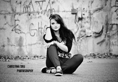 Graffiti senior picture ideas for girls. Graffiti senior pictures. #graffitiseniorpictures #seniorpictureideasforgirls