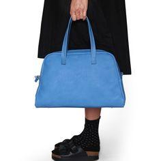 Elita è la <strong>bowling bag</strong> dal design basico ed essenziale, <strong>realizzata a mano in vera pelle toscana</strong>. Perfetta per accompagnarti negli appuntamenti quotidiani di lavoro, studio o tempo libero, è disponibile su Lovli in altri 2 colori.