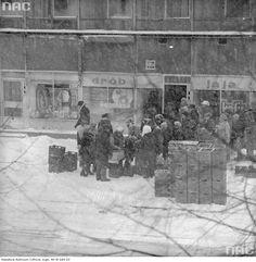 W noc sylwestrową 1978 r. rozpoczęły się tak intensywne opady śniegu, że w styczniu 1979 r. sparaliżowany został cały kraj, brakowało surowców energetycznych. W większości miast komunikacja miejska nie funkcjonowała wcale lub w bardzo ograniczonym stopniu. Na zdjęciu: Kolejka przed sklepem spożywczym, 1979 r.