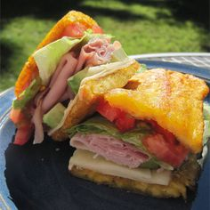 Popular in Chicago, the jibarito is an authentic Puerto Rican sandwich made with flattened fried plantains instead of bread. Sandwich Spot, Sandwich Bread Recipes, Sandwich Fillings, Sandwich Ideas, Jibarito Recipe, Steak And Onions, Low Carb Crackers, Bread Alternatives, Puerto Rican Recipes