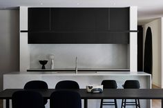 The Serenity Of Simplicity Brighton Residence By Studio Griffiths Subiaco Wa Australia Image 10 Interior Design Kitchen, Interior Decorating, Latest Kitchen Designs, Local Architects, Black Kitchens, Soft Furnishings, The Locals, Interior Architecture, Cool Designs