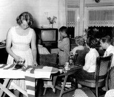 Terug in de tijd | Met de familie voor de televisie in de jaren '50.