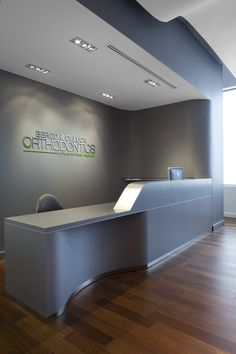 Berco & deluca orthodontics, milton 2013 bortolotto design a Dental Reception, Reception Desk Design, Office Reception, Medical Office Decor, Dental Office Design, Home Office Design, Cabinet Medical, Interior Design Programs, Pharmacy Design