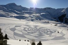 'Snow artist' Simon Beck creates the most amazing temporary artworks using just a compass, string, measuring tape and a pair of snowshoes. Land Art, Simon Beck, Snow Artist, Snow Dragon, Crop Circles, Art Carved, Environmental Art, Installation Art, Art Forms