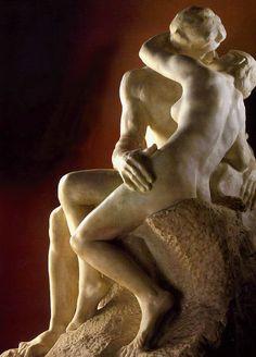 ...El Beso (1886), escultura en mármol de Auguste Rodin. Museo Rodin, París.