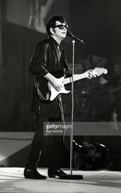 Roy Orbison performs on stage at the Diamond Awards on November 1988 in Antwerp, Belgium. Roy Orbison, Rockabilly Music, Travelling Wilburys, Bubblegum Pop, Guitar Photos, Billy Joel, Rock Concert, Foo Fighters, Ringo Starr