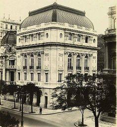 Derby Club, Avenida Rio Branco, Centro, primeira metade do século XX. No lado direito da foto, o Museu Nacional de Belas Artes. No lado esquerdo, o Jockey Club e um pouco do Palace Hotel. Tanto o Derby quanto o Jockey Club foram demolidos em meados da década de 1970.  Acervo: Biblioteca Nacional.