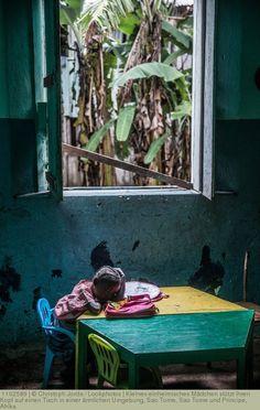 Kleines Einheimisches Mädchen Stützt Ihren Kopf Auf Einen Tisch In Einer  ärmlichen Umgebung, Sao Tome