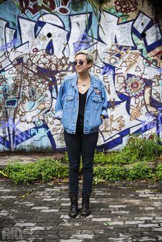 RIOetc | blusa e calça preta + jaqueta jeans + coturno