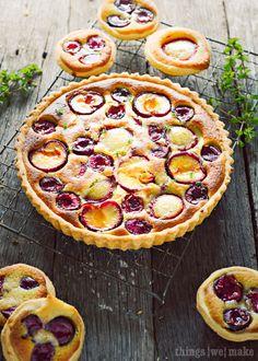 Tarte prune cerise frangipane et miel - Plum and cherry Frangipane tart Beaux Desserts, Just Desserts, Delicious Desserts, Yummy Food, Vegan Desserts, Yummy Treats, Aga Recipes, Sweet Recipes, Cooking Recipes