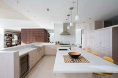 professionell designte Küche mit offenem Grundriss und Kochinsel-gelbe Stühle am Tisch