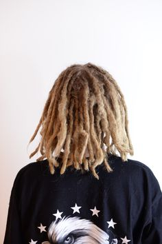 This is Texas, he started his dreadlocks when he was visiting family in Florida. When he came back to Sweden he started coming to get dreadlovin by me. Now he even has inspired his mom and to sister to get dreads so now they are the knotty family  here is a pic of Texas when he got some dreadlovin and some of his longest dreads cut to even them out more.
