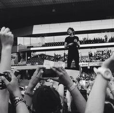 Louis / black & white (pic via Twitter)