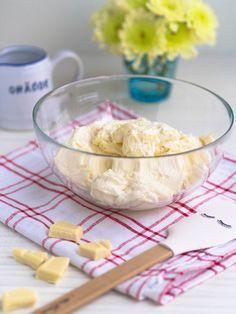 Täyteläinen Valkosuklaakreemi sopii kakkujen täytteeksi tai kuorrutteeksi. Silkkisen pehmeä koostumus ja täyteläinen maku vievät mennessään!