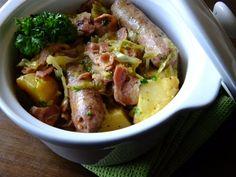 Proste, pożywne danie jednogarnkowe, idealne na jesienno zimową porę. Połączenie wieprzowej kiełbasy, boczku, ziemniaków i kapusty....