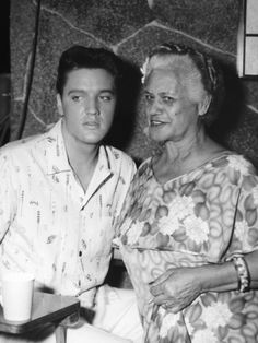 Elvis bavarder avec une actrice entre les prises sur le film Blue Hawaii, avril 1961.
