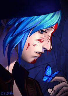 Фото Хлоя Прайс / Chloe Price из игры Жизнь – странная штука / Life is Strange с брызгами крови на лице, смотрит на голубую бабочку, сидящую у нее на пальце