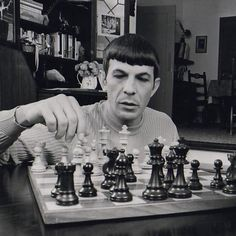 Spock + chess Leonard Nimoy + chess because we need to see these things. Star Trek Original Series, Star Trek Series, Star Trek Tos, Star Wars, Leonard Nimoy, Spock, Chess Moves, Chess Strategies, Star Trek Episodes