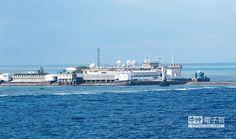 永暑礁是南沙群島的行政和軍事指揮中心,距離中國大陸約740浬,在南沙群島中,永暑礁經營得較為完善。永暑礁的礁盤較大。未來這裡將建設成為擁有機場與大型油輪可停泊碼頭的軍事重鎮,並將更名為永暑島。(新華社)