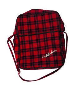 1970 - HOTELPLAN,  Un sac de voyage à carreaux rouge-noir, collection privée © Solo-Mâtine Drawstring Backpack, Backpacks, Bags, Vintage, Collection, Fashion, Red Tiles, Travel Bags, Accessories