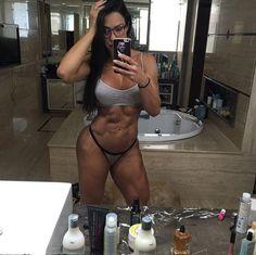 De calcinha e sutiã, Gracyanne Barbosa levou os fãs à loucura ao exibir a barriga sarada, em seu Ins... - Instagram