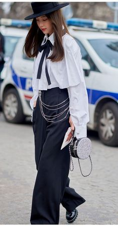 This season, chain-link belts clinked down the runways of Balenciaga, Moschino, Chanel, Versace and Louis Vuitton — will they FINALLY go mainstream (again)? Fashion Books, Fashion Outfits, Womens Fashion, Fashion Trends, Paris Fashion, Teen Fashion, Fashion Ideas, Forever 21 Outfits, Chic Fashionista