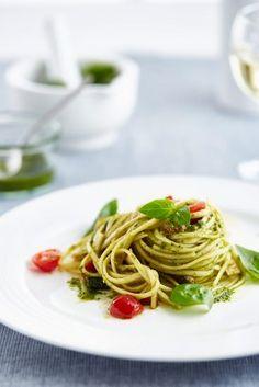 Linguine s bazalkovým pestem, cuketou a cherry rajčátky Linguine, Rigatoni, Pesto, Spaghetti, Cooking, Ethnic Recipes, Fit, Kitchen, Shape