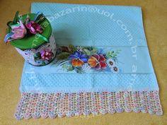 Toalha de rosto com pintura em tecido e bico de crochê e lata decorada